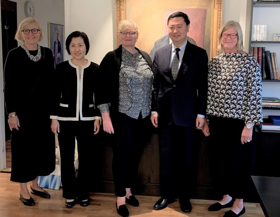 Från vänster lagtingsdirektör Susanne Eriksson, Mrs Sa Qin, lantrådet Katrin Sjögren, ambassadör H.E. Mr Li Chen samt talman Gun-Mari Lindholm