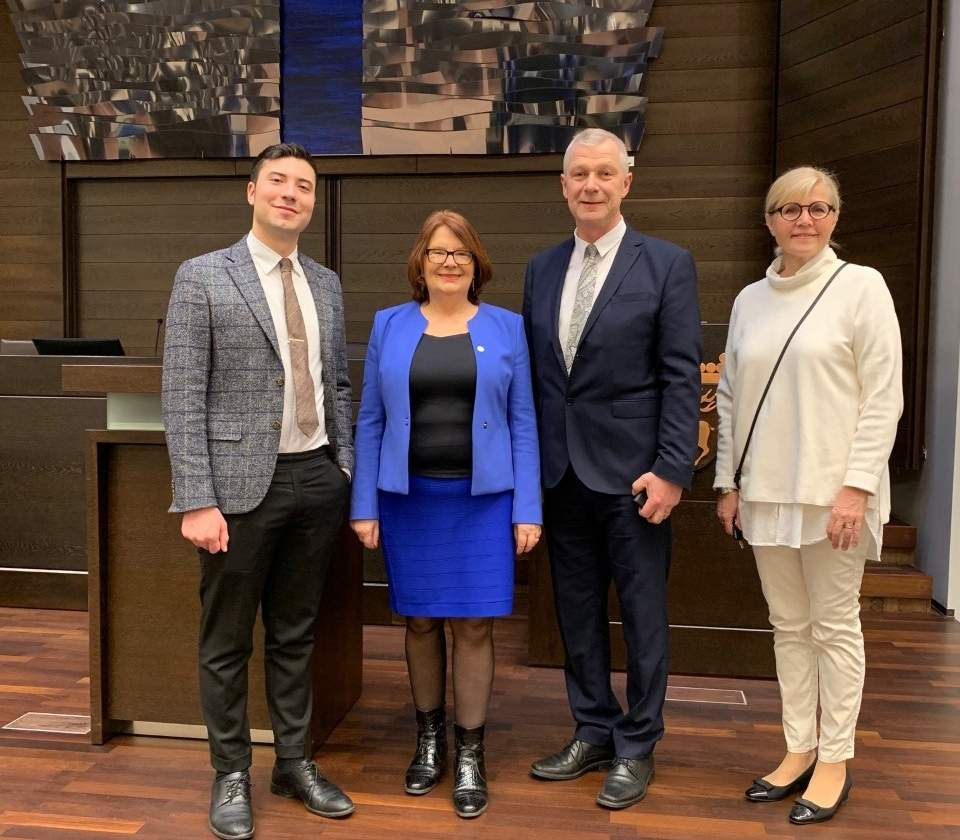 från vänster ledamot Andreas Lennkvist Menriques, andre vicetalman Lotta Johansson Fornarve, talman Roger Nordlund och lagtingsdirektör Susanne Eriksson