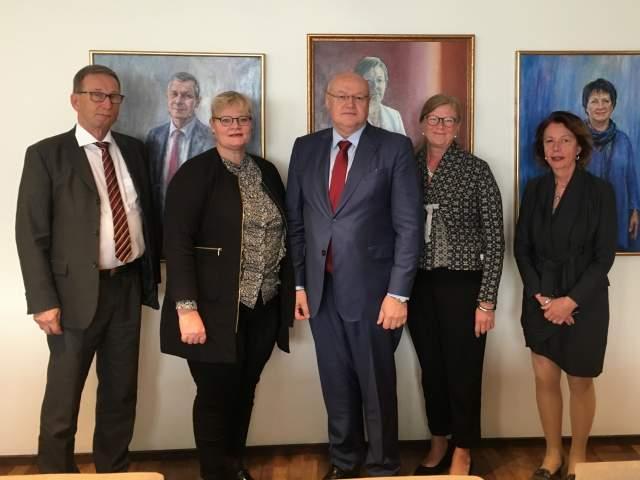 På bilden från vänster Förvaltnings- och utvecklingschef Dan E. Eriksson Lantrådet Katrin Sjögren, ambassadör Serge Tomasi talman Gun-Mari Lindholm och konsul Elisabeth Nauclér