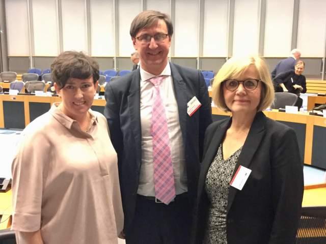 På bilden från vänster ledamöterna Sara Kemetter och Jörgen Pettersson samt lagtingsdirektör Susanne Eriksson