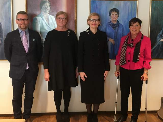 Riksdagsledamot Mats Löfström, talman Gun-Mari Lindholm, Finlands talman Paula Risikko och  andra vicetalman Viveka Eriksson